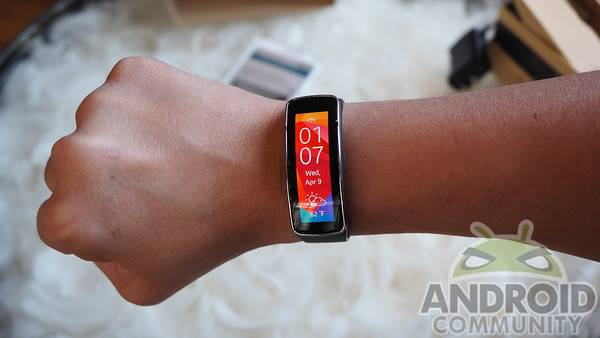 Gear Fit gets torn apart, reveals internals and curved