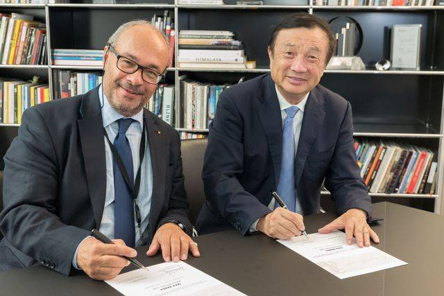 Ren Zhengfei, CEO of Huawei (right) and Dr. Andreas Kaufmann, majority shareholder and chairman of the advisory board of Leica Camera AG(left)